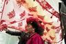 20-летняя Мадина — дунганка. Это народ, который живет в основном в Киргизии, Южном Казахстане и Узбекистане. Дунгане исповедуют ислам. Долгое время они практиковали эндогамию, то есть заключали браки только внутри собственной социальной группы. Сейчас дунгане могут создавать семьи с представителями других народов.  <br> <br> На фотографии запечатлена свадьба Мадины. Ее голову покрывают красной фатой, после чего она отправится в дом жениха. Свадебные церемонии дунган до сих пор во многом ориентированы на традиции XIX века.