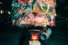 На снимке, сделанном в столице Вьетнама Ханое, мужчина позирует на скутере и с аквариумными рыбками, которых он доставляет. Британец Джон Энох (Jon Enoch) на протяжении недели гонялся за доставщиками на мопедах, а затем просил их позировать для фотографии. «У них есть совершенно потрясающая способность перевозить все виды товаров в невероятных количествах!» — восхищается Энох.