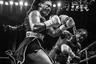 Кларесса Шилдс (Claressa Shields) — первая американская олимпийская чемпионка в боксе. На фотографии, сделанной в июне 2018 года, запечатлен ее бой с Ханной Габриэль (Hanna Gabriels) из Коста-Рики. В тот день Шилдс впервые за всю свою карьеру была отправлена в нокдаун в конце первого раунда. Однако она все-таки выиграла бой: решение судей было единогласным.
