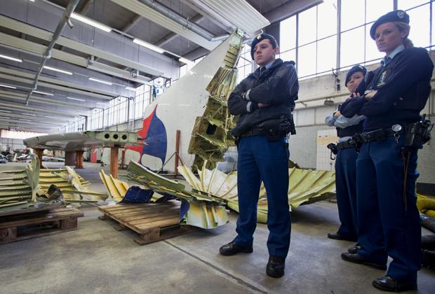 Военная полиция Нидерландов возле кусков самолета