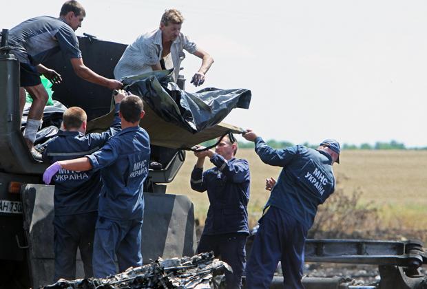 Украинцы собирают останки погибших в результате катастрофы