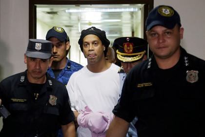 Роналдиньо оставили под стражей