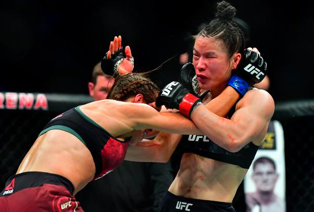 Вейли Чжан (справа) в бою с Йоанной Йенджейчик