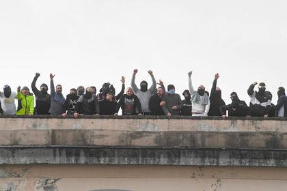 Недовольные заключенные в Неаполе
