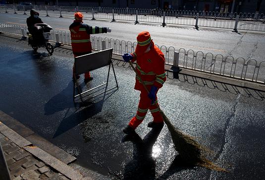 Обработка улиц Пекина дезинфицирующими средствами