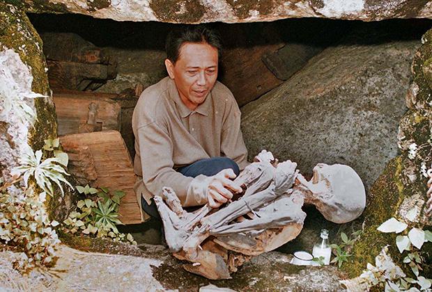 Представитель Филиппинского национального музея с 800-летней мумией