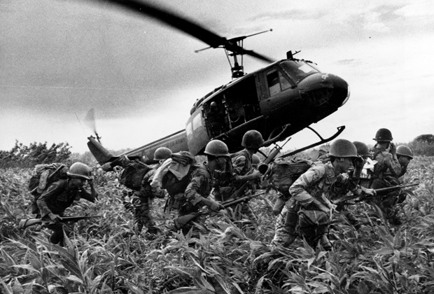 Южновьетнамские морпехи бегут к вертолету. Июнь 1970 года