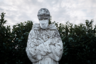 Кто-то из местных жителей надел защитную медицинскую маску даже на статую — фигура покровителя Италии, Святого Франциска, облачена в монашескую рясу, подпоясанную веревкой. Его голова опущена, а руки сложены на груди — как будто в молитве за итальянскую землю и живущих на ней людей.