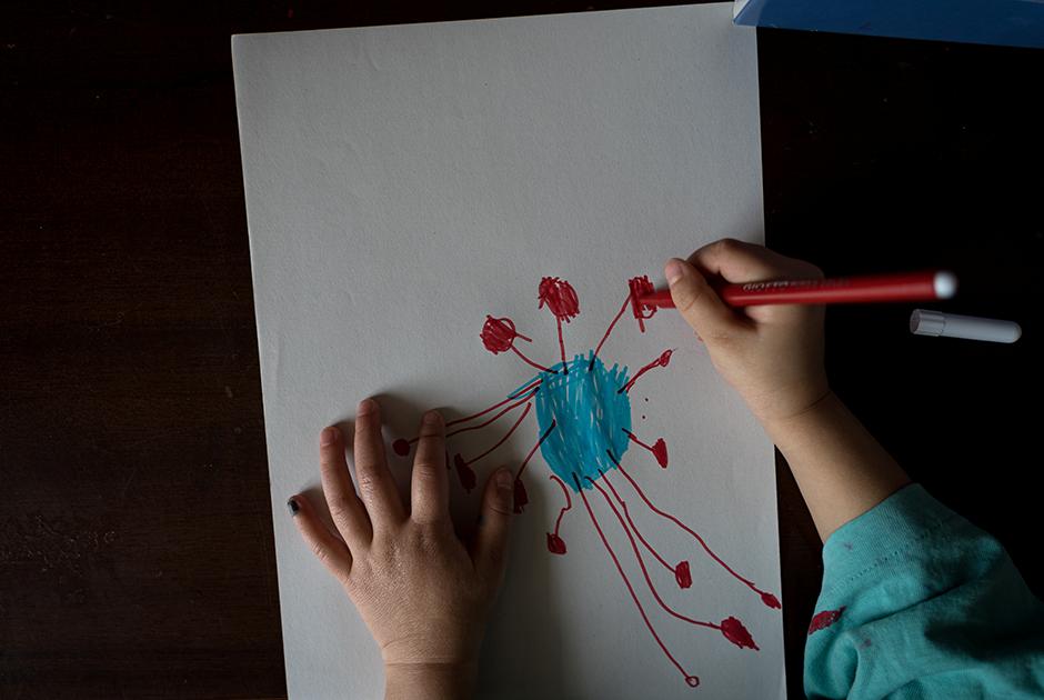 Несмотря на юный возраст, Бьянка уже наслышана об этом странном «монстре», который носит загадочное имя COVID-19. Она даже решила запечатлеть его на листе бумаги при помощи фломастеров голубого и красного цветов.