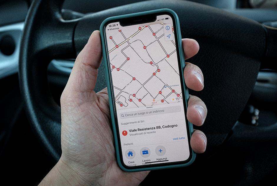 «Красная зона» в действии — житель Кодоньо держит в руках смартфон и показывает карту города, на которой отмечены многочисленные перекрытия: ни проехать, ни пройти.