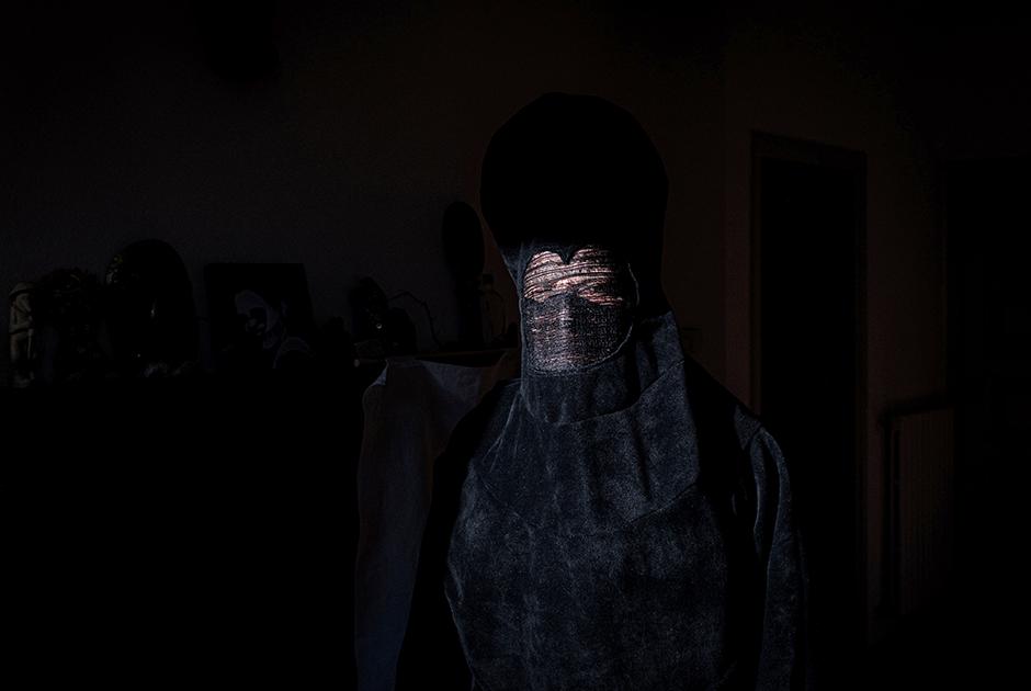 Итальянский художник, работающий в Кодоньо под псевдонимом DEM, начал создавать черные маски еще до вспышки китайского вируса. Согласно его концепции, они символизируют страх человека перед неизвестным. Теперь же его творчество приобрело еще более мрачный смысл.