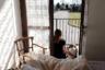 Бьянка сидит на балконе дома в Сан-Фьорино вместе со своей мамой, 31-летней Кьярой Зуддас (Chiara Zuddas). Их глазам открываются облитые весенним солнцем городские улицы, обездвиженные и безлюдные. Выйдя за пределы собственного дома, нужно быть к готовым к остановке и проверке полицией.