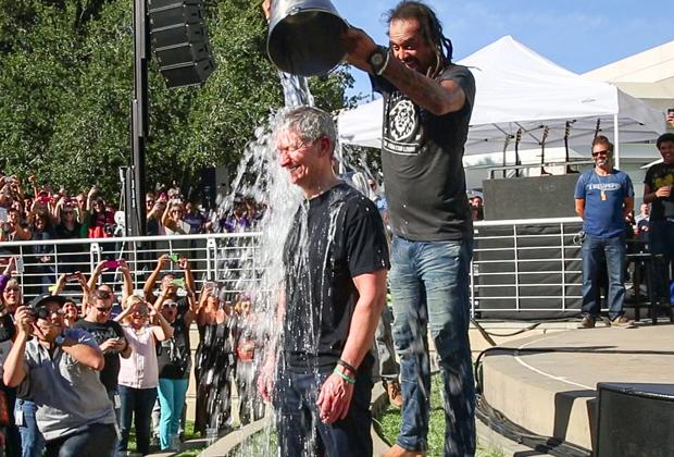 Тим Кук присоединился к благотворительному движению Ice Bucket Challenge в 2014 году