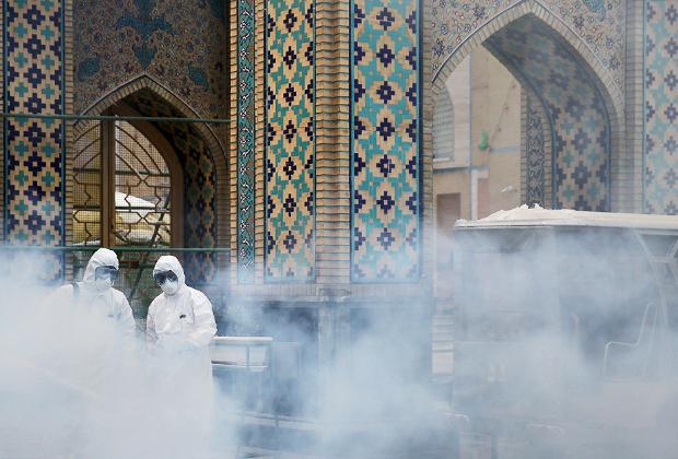 Распыление дезинфицирующих средств возле мечети в Иране