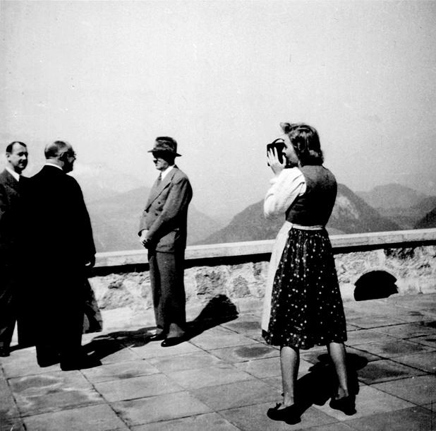 Адольф Гитлер с Евой и собаками Негусом и Катюшкой