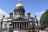 """Визитная карточка Санкт-Петербурга — <a href=""""https://ru.wikipedia.org/wiki/Исаакиевский_собор"""" target=""""_blank"""">Исаакиевский собор</a>. Его строили 40 лет. В настоящее время территория вокруг него благоустроена и выполняет рекреационную функцию. А в годы войны все парки, пустыри и скверы использовались под огороды, что стало настоящим спасением для горожан.<br><br>Этот кадр сделан в 1942 году. Тогда здесь, на площади, выращивали капусту, а, например, на площади Декабристов — картошку. В Летнем саду сажали белокочанную, цветную капусту, морковь, свеклу и укроп. Тогда ленинградцы выполнили план по овощам на 106 процентов, несмотря на артобстрелы и неплодородную почву."""
