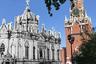 """<a href=""""https://ru.wikipedia.org/wiki/Вознесенский_монастырь_(Москва)"""" target=""""_blank"""">Екатерининская церковь</a> Вознесенского монастыря в Кремле появилась в 1586 году и сначала была деревянной. Спустя 100 лет ее возвели из камня, а уже в XIX веке итальянский архитектор Карл Росси по приказу Александра I выстроил ее в необычном для столицы неоготическом стиле.<br><br> В 1929 году храм взорвали. Монахини смогли тайно вынести часть икон и церковные драгоценности, но потом ценности были найдены. Их отправили в Оружейную палату — более 263 килограммов серебра."""