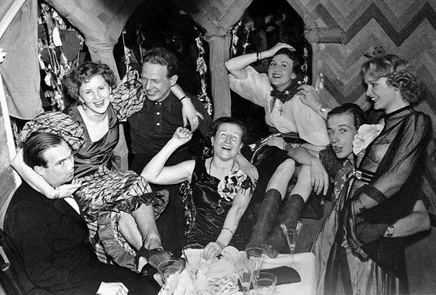 Ева Браун с матерью и сестрами на карнавале в родительском доме