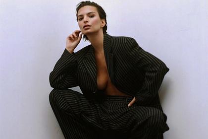 Эмили Ратаковски попозировала в пиджаке на голое тело
