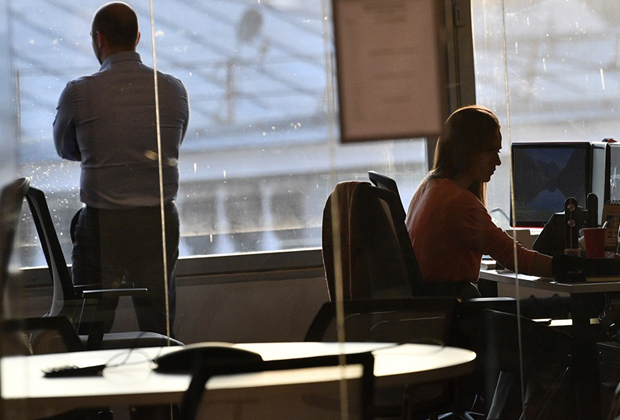 Россияне работают сверхурочно и постоянно устают. Почему это только вредит экономике?