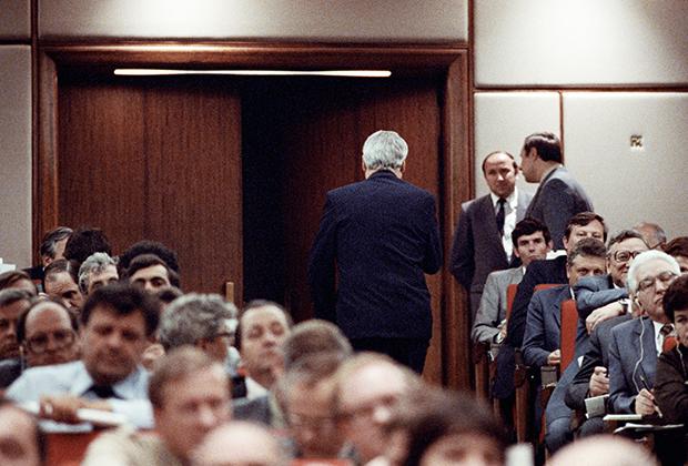 Борис Ельцин покидает зал заседания после объявления о своем выходе из КПСС
