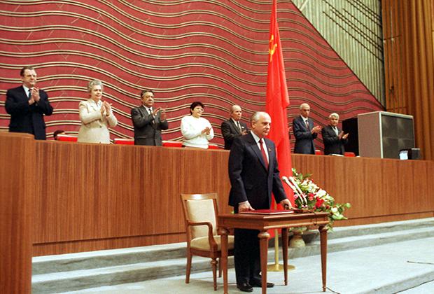 Горбачев принимает присягу президента СССР. 15 марта 1990 года