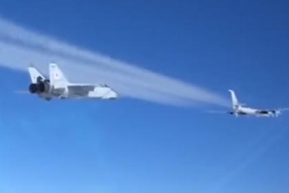 Выполнившие полет в районе Аляски российские Ту-142 показали на видео