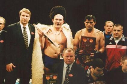 Магомедхан Гамзатханов (третий справа в верхнем ряду)