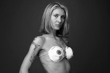 Женщина снялась голой и прикрылась масками ради защиты от коронавируса