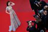 16 марта 40-летняя украинская и французская актриса Ольга Куриленко, известная по фильмам «Париж, я люблю тебя» и «Квант милосердия», заявила, что уже неделю испытывает симптомы заражения коронавирусом. После того как тесты подтвердили заражение, она самоизолировалась. «Температура и слабость — мои основные симптомы», — поведала артистка в соцсетях, призвав подписчиков воспринимать угрозу коронавируса всерьез. В беседе с поклонниками Куриленко подчеркнула, что кашель у нее почти не проявляется: «У меня он только по утрам, а потом нет вообще».   Артистка добавила, что ее не положили в больницу, потому что медучреждения переполнены, а протестировали ее после того, как ее температура поднялась до 39 градусов, и она вызвала скорую помощь. В течение недели температура у нее держалась на уровне 38-38,5 градусов.