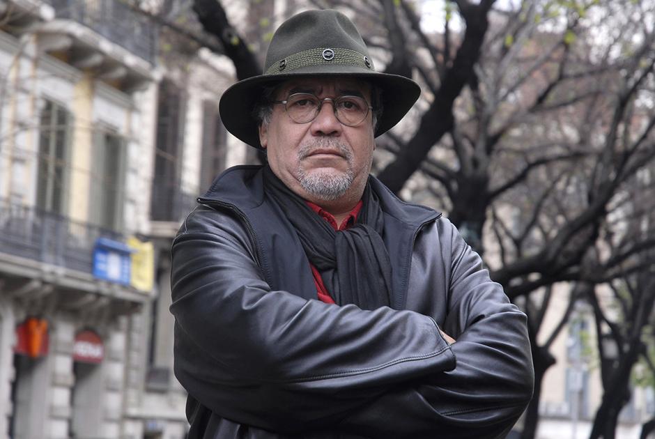 Чилийский писатель и кинорежиссер Луис Сепульведа заболел пневмонией после путешествия по Португалии. Вирус у него обнаружили, когда они с женой, поэтессой Кармен Яньес приехали в Испанию. Их госпитализировали в начале марта. 70-летний Сепульведа — автор книг «Старик, читавший любовные романы», «Мама-кот», «История одной очень медленной улитки, или Как важно быть собой», «История пса по имени Верный». В2002-м он выпустил фильм «Нигде».
