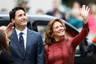 Коронавирус обнаружили у жены премьер-министра Канады Джастина Трюдо, 44-летней Софи Грегуар-Трюдо. Диагноз ей поставили 12 марта после путешествия в Великобританию. У нее появились симптомы простуды, повысилась температура. Она самоизолировалась на две недели; ее муж, которому официального диагноза не ставили, также находится на двухнедельном карантине. Симптомов заражения у премьера нет.