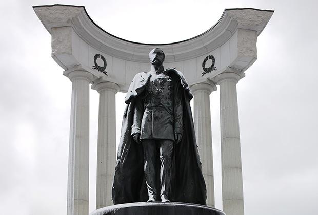 Памятник императору Александру II в Москве около храма Христа Спасителя