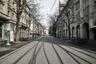 """Банхофштрассе в Цюрихе (Швейцария) — одна из <a href=""""https://lenta1.ru/news/2019/11/14/streets/"""" target=""""_blank"""">самых дорогих</a> улиц мира. В 2011 году она <a href=""""http://www.swissinfo.ch/eng/business/bahnhofstrasse-rents-at-record-high/32083766"""" target=""""_blank"""">возглавила</a> аналогичный европейский рейтинг. Также Банхофштрассе является важным городским транспортным узлом. Однако теперь улица пустует, а магазины закрыты — в стране объявлен режим ЧС.<br><br>Всего в Швейцарии, по данным на 19 марта, заразилось более трех тысяч человек. Из них вылечились 15, а скончались 33 человека."""