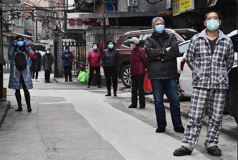 """Жители одного из районов китайского Уханя стоят в очереди за овощами, приобретенными вскладчину. Этот город в провинции Хубэй стал первым очагом коронавируса SARS-CoV-2 в декабре 2019 года. Точная причина возникновения инфекции пока не установлена.<br><br>19 марта в Ухане впервые с начала эпидемии <a href=""""https://lenta.ru/news/2020/03/19/wuhan_clean/"""" target=""""_blank"""">не зафиксировали</a> ни одного нового случая заражения. Всего в Китае насчитывается более 81,1 тысячи заразившихся. Из них 70,5 тысячи вылечились, 3245 человек скончались."""