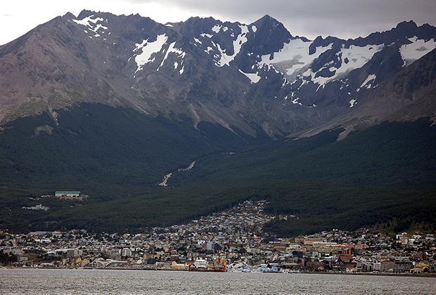 Вид на Ушуайю (Аргентина) со стороны входа в залив