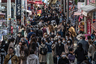"""На фоне пандемии Япония еще относительно держится — в стране зафиксировано 924 случая заражения, при этом 150 человек выздоровело (скончались 29). Самым громким событием за последнее время там стала история с круизным лайнером <a href=""""https://lenta1.ru/brief/2020/02/17/virusprincess/"""" target=""""_blank"""">Diamond Princess</a>. Судно встало на якорь, а пассажиров долгое время держали на карантине — у некоторых обнаружили симптомы коронавируса.<br><br>Япония также является хозяйкой Олимпиады-2020. Однако вице-премьер страны <a href=""""https://lenta1.ru/news/2020/03/18/no_sense/"""" target=""""_blank"""">посчитал</a> ее проведение бессмысленным, если другие страны не смогут отправить своих спортсменов."""
