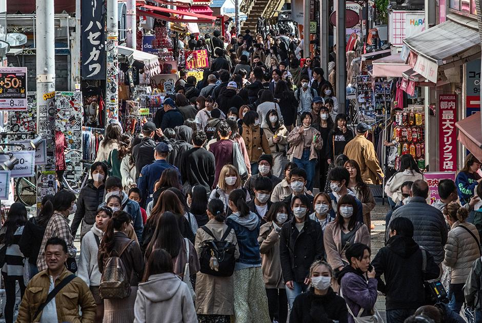"""На фоне пандемии Япония еще относительно держится — в стране зафиксировано 924 случая заражения, при этом 150 человек выздоровело (скончались 29). Самым громким событием за последнее время там стала история с круизным лайнером <a href=""""https://lenta.ru/brief/2020/02/17/virusprincess/"""" target=""""_blank"""">Diamond Princess</a>. Судно встало на якорь, а пассажиров долгое время держали на карантине — у некоторых обнаружили симптомы коронавируса.<br><br>Япония также является хозяйкой Олимпиады-2020. Однако вице-премьер страны <a href=""""https://lenta.ru/news/2020/03/18/no_sense/"""" target=""""_blank"""">посчитал</a> ее проведение бессмысленным, если другие страны не смогут отправить своих спортсменов."""