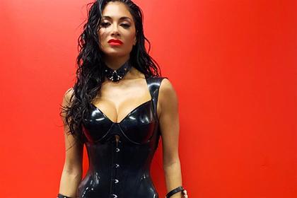 Популярная певица поделилась снимком в латексном наряде во время изоляции