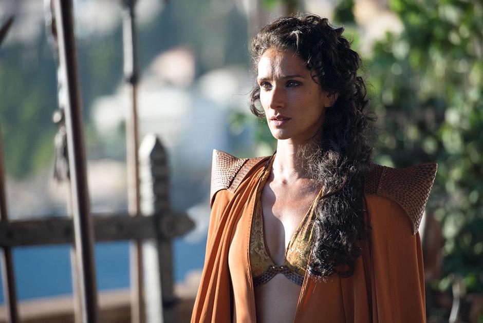 Британская актриса Индира Варма, известная по «Игре престолов», а также по сериалам «Лютер», «Патрик Мелроуз» и «Карнивал Роу», сообщила о своем диагнозе 18 марта. 46-летняя исполнительница роли Элларии Санд не рассказала, как и когда именно узнала о том, что заражена коронавирусом, однако призналась, что из-за него оказалась прикована к постели и отменила все театральные репетиции. Варма не стала описывать свои симптомы, однако призналась, что из-за вируса чувствует себя нехорошо.