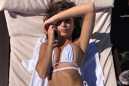 Эмили Ратаковски попозировала в купальнике собственного бренда