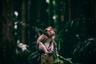 """Эту «чудо-обезьяну» Ян Саймон (Jan Simon) из Чехии запечатлел в самой гуще ее родных джунглей. «Во время путешествия по Индонезии меня поразило вот это существо. Когда я был в месте под названием """"Лес обезьян"""", я заметил эту крошку, неподвижно сидящую и будто бы размышляющую о судьбах мира. Это просто невероятно, как мы все похожи», — размышляет фотограф."""