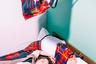 Японский фотограф Ханако Кимура (Hanako Kimura) выбрал необычный сюжет для своего снимка. В кадре запечатлена девушка, лежащая на кровати в номере одной из гостиниц Осаки и, по всей видимости, спящая. Вокруг нее — на подушках, одеяле и в воздухе — сумки из полипропилена в шотландскую клетку. Что именно хотел сказать автор своим снимком, остается загадкой.