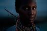 Этот портрет был сделан в августе 2019 года в округе Каджиадо Каунти, Кения. Как рассказывает его автор, финская фотохудожница София Джерн (Sofia Jern), ее героиня Маргрет Коитангкей Нкало (Margret Koitangkei Nkalo) из племени масаи предпочла образование замужеству: для нее современные ценности одержали верх над традицией. Когда Маргрет попросили изобразить свой народ, девушка надела красочное ожерелье и спокойно посмотрела в камеру.
