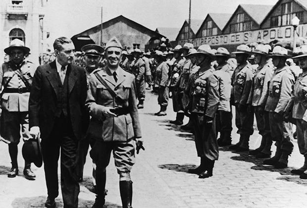 Салазар осматривает войска перед их отправлением в африканские колонии Португалии, 1950 год