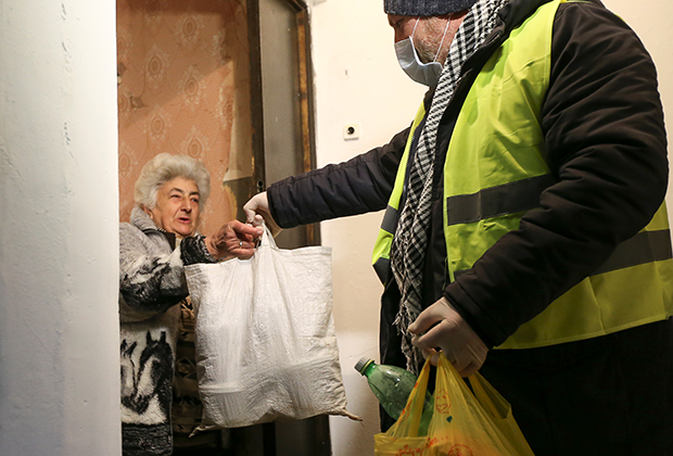 Волонтер принес пенсионерке продукты