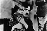 В начале 1920-х Маленький бродяга, фирменный персонаж Чаплина, казался скорее изгоем, эксцентричным в своей неустроенности аутсайдером — спустя всего десять лет, после начала Великой депрессии, он уже будет персонажем социально типичным (в этом плане не менее современно смотрятся и вышедшие в 1936-м «Новые времена»). Тем ценнее — особенно на пороге новой глобальной экономической депрессии — талант Чаплина с помощью Бродяги транслировать не только печаль, но и юмор, оптимизм, человеколюбие.