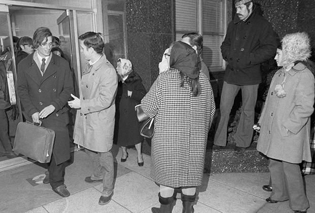 Просители встречают Майкла Броуди (слева) у порога его дома