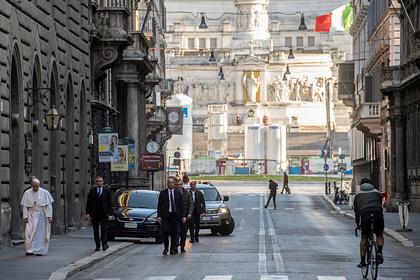 Папа Римский на опустевшей улице Рима