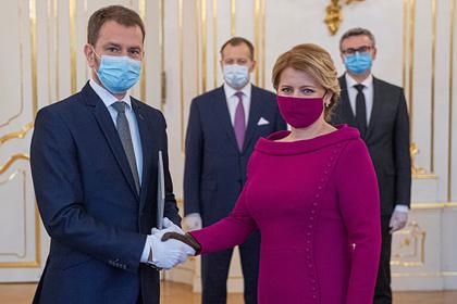 Маску в тон платья назвали новым уровнем коронавирусной моды